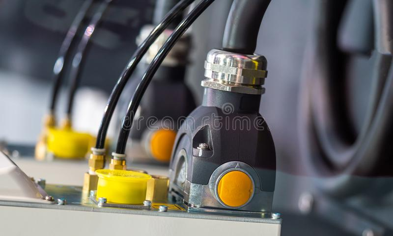 Spina del dispositivo sul rifornimento elettrico dell'incavo immagini stock libere da diritti