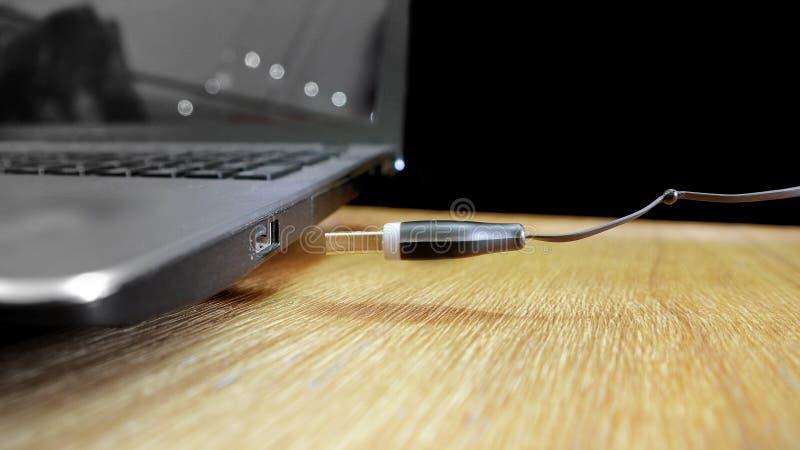 Spina di USB che galleggia dentro alla fotografia della presa fotografia stock libera da diritti