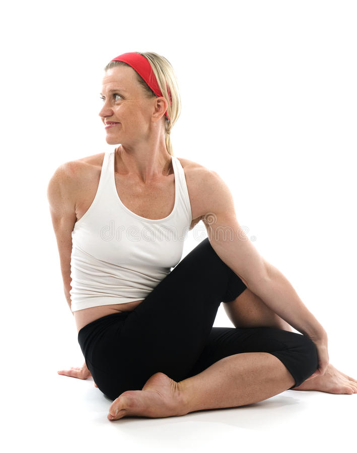 Spina dorsale di yoga che torce l'addestratore di forma fisica di posa fotografia stock