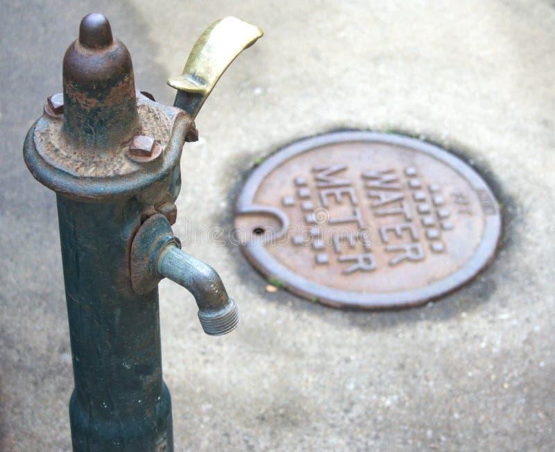 Spina e metro dell'acqua immagini stock
