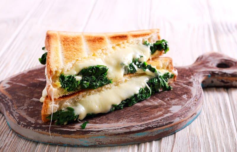 Spinaci e panino del pane tostato formaggio fotografie stock libere da diritti
