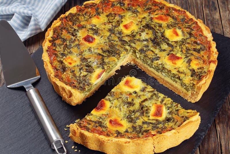 Spinaci, fetta tagliata crostata del formaggio immagini stock
