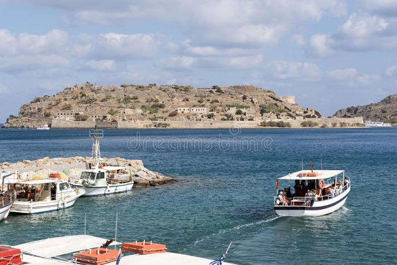 Spinaloga-Insel Kreta und Passagierfähre stockfotos