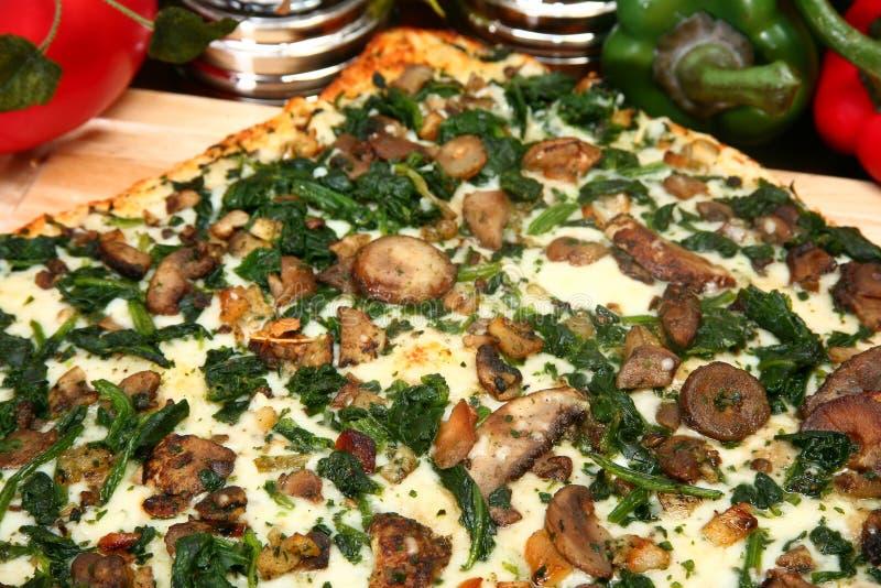 Spinat-und Portobello Pilz-Pizza stockbilder