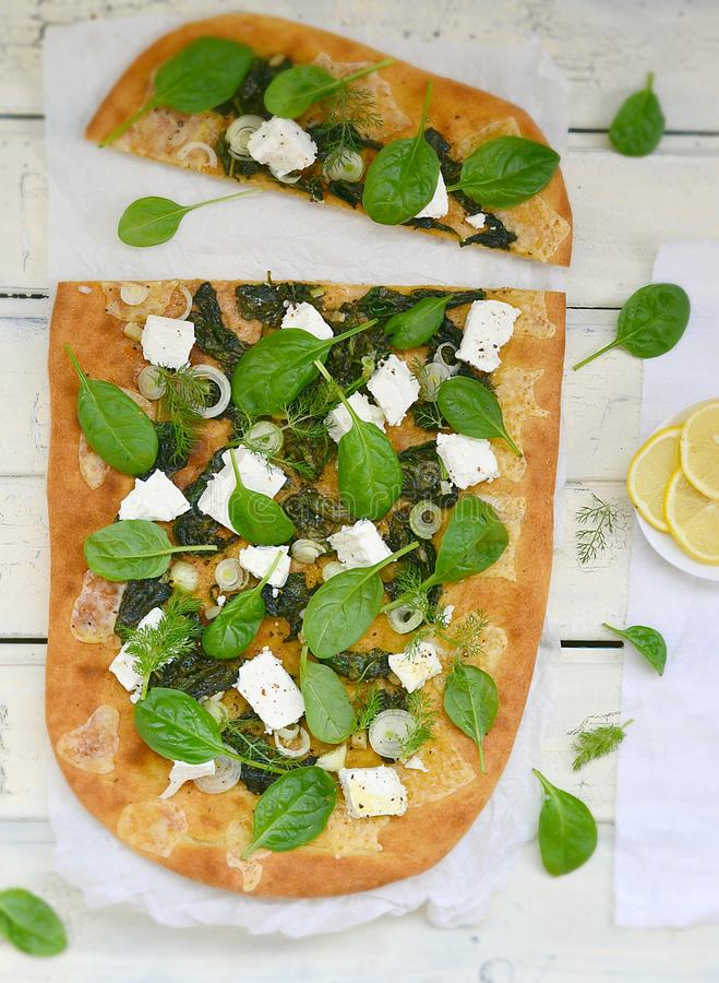 Spinazie en feta-pizza royalty-vrije stock foto's