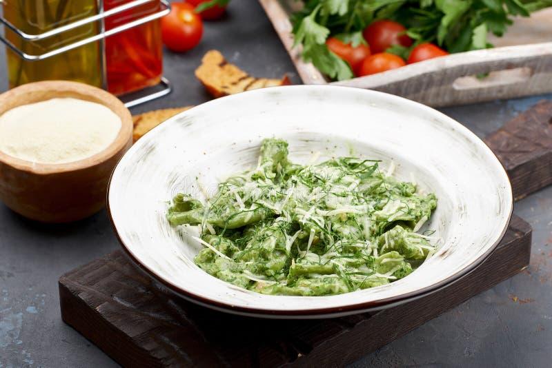 Spinazie Groene Ravioli met Parmezaanse kaaskaas Gezond Italiaans voedsel stock afbeelding