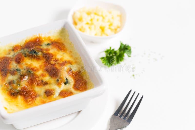 Spinazie met kaas op plaat stock afbeelding