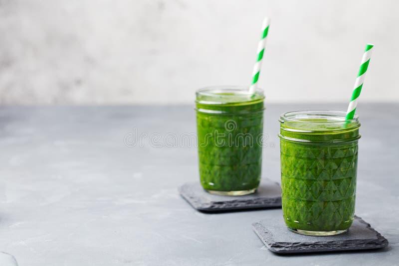 Spinazie smoothie Gezonde drank in glaskruik op grijze steenachtergrond De ruimte van het exemplaar royalty-vrije stock afbeelding