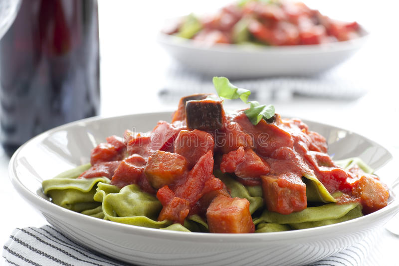 Spinazie Tortellini en Saus stock foto