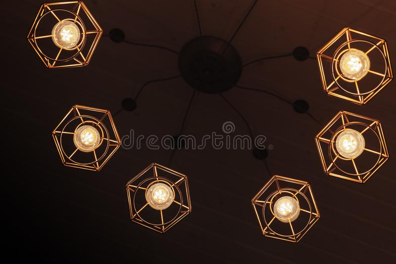 Spindeltypljuskrona med hängande kulalampor royaltyfria foton