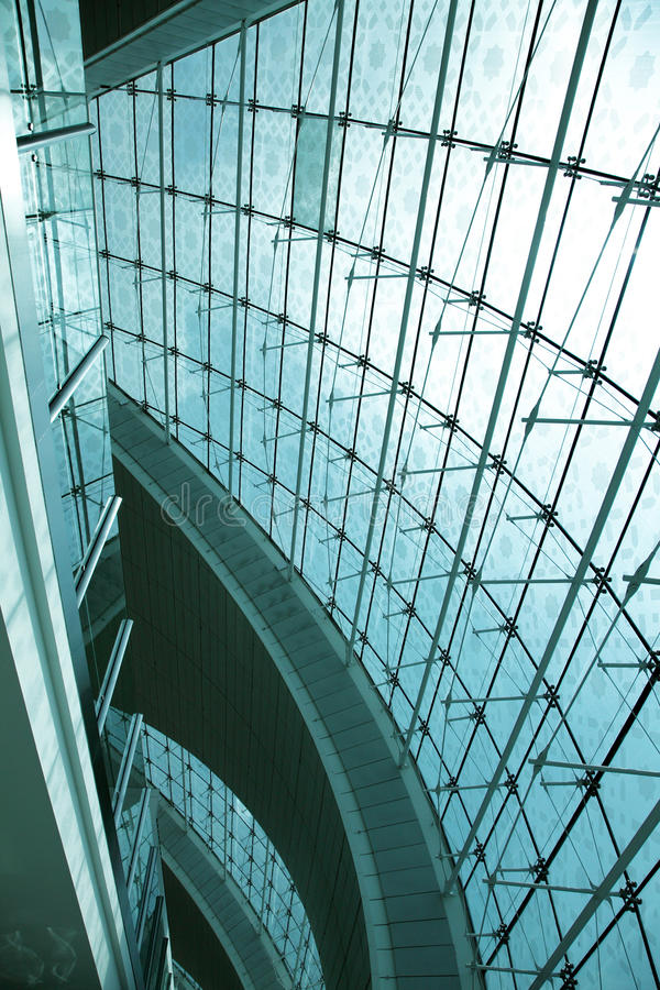 Spinne klemmt die Befestigung des Glasinnenraums Dubai-Flughafens fest lizenzfreie stockbilder