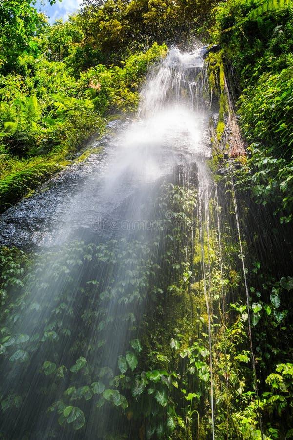 Spinnen Sie Netzwasserfall auf der indonesischen Insel Lombok stockbild