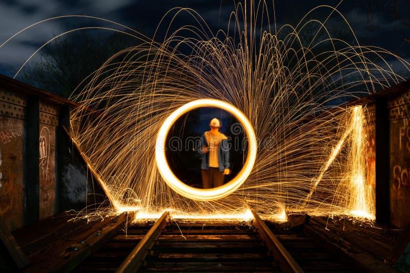 Spinnende Funken auf einer Eisenbahn-Brücke lizenzfreie stockbilder