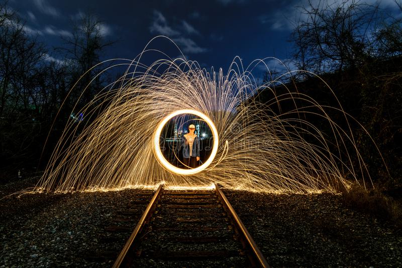 Spinnende Funken auf einer Eisenbahn stockfotos