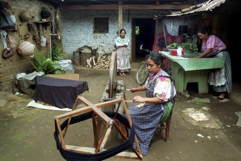 Spinnende Guatemalaanse Indische vrouw die thuis werken royalty-vrije stock afbeelding