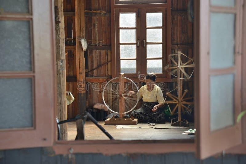 Spinnender Stoff Arbeitskraft Myanmars Nyaungshwe lizenzfreie stockbilder