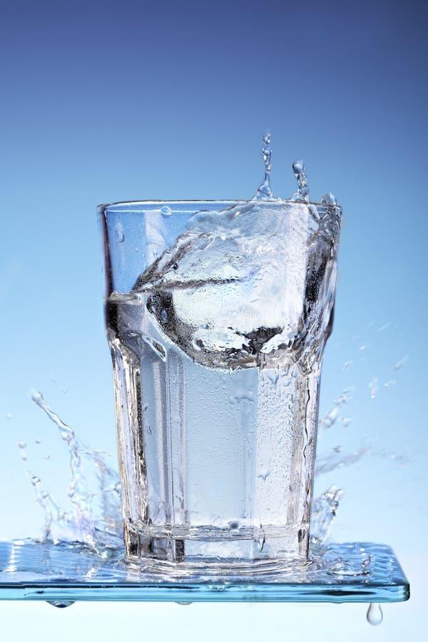 Spinnendes Glas Wasser lizenzfreies stockfoto