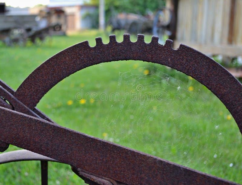 Spinnennetz innerhalb eines rostigen Stahlteils lizenzfreie stockfotografie