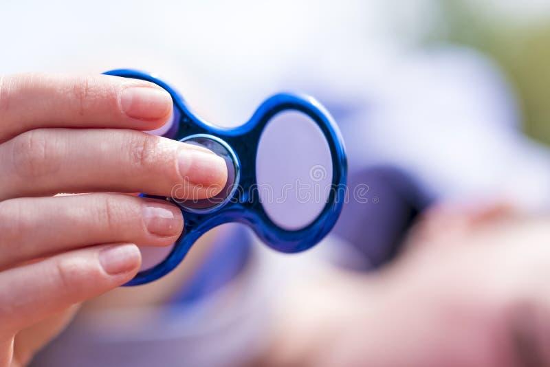 Spinnerspielzeug in der Hand lizenzfreie stockfotos