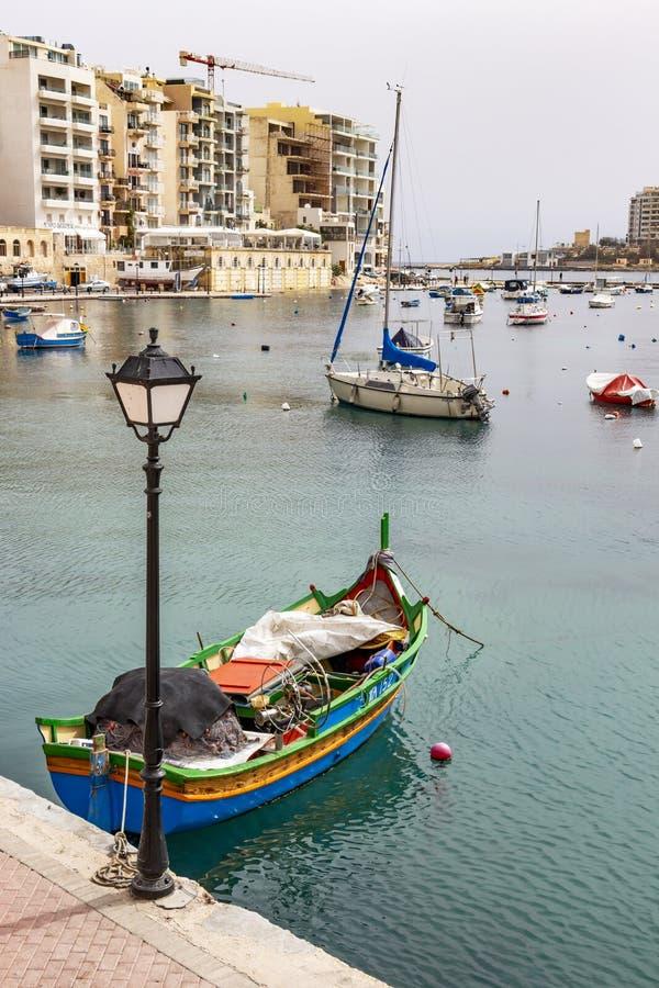 Spinola海湾看法在圣朱利安` s,有小船和大厦的马耳他的 库存照片
