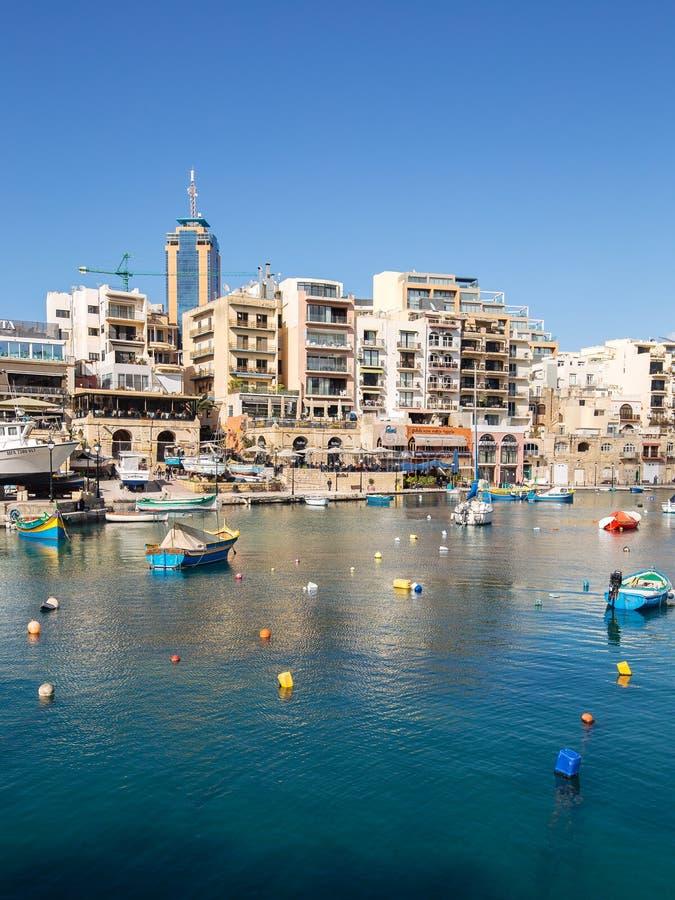 Spinola-Bucht, Malta St.-Julianss mit Portomaso-Turm im Hintergrund stockbilder