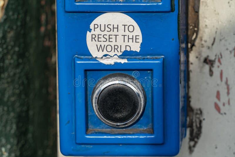 Spinta per risistemare il bottone del mondo immagini stock