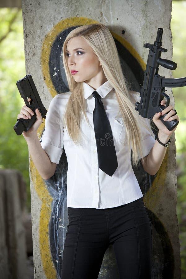 Spion mit zwei Gewehren stockbild