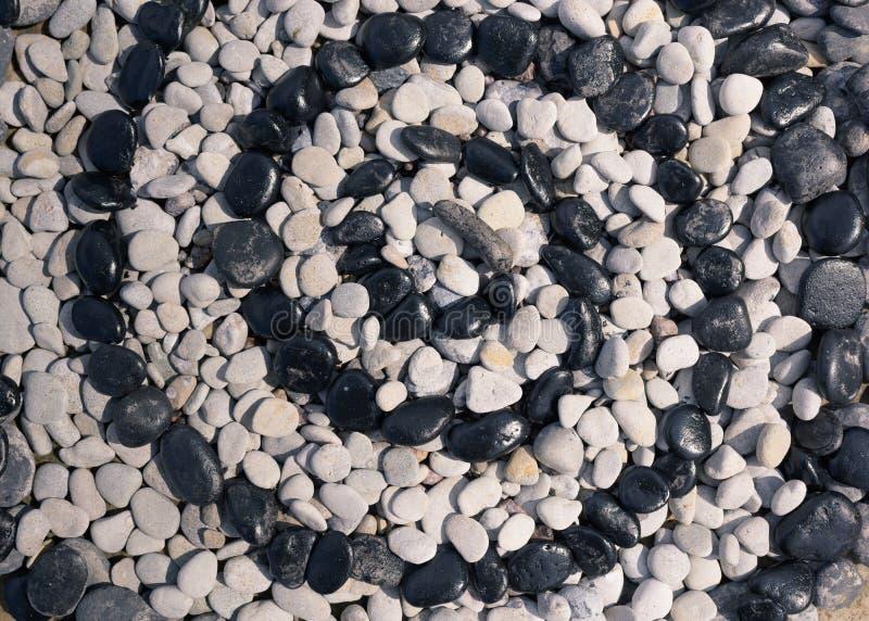 Spiraal van zwart-witte kiezelstenen stock afbeeldingen