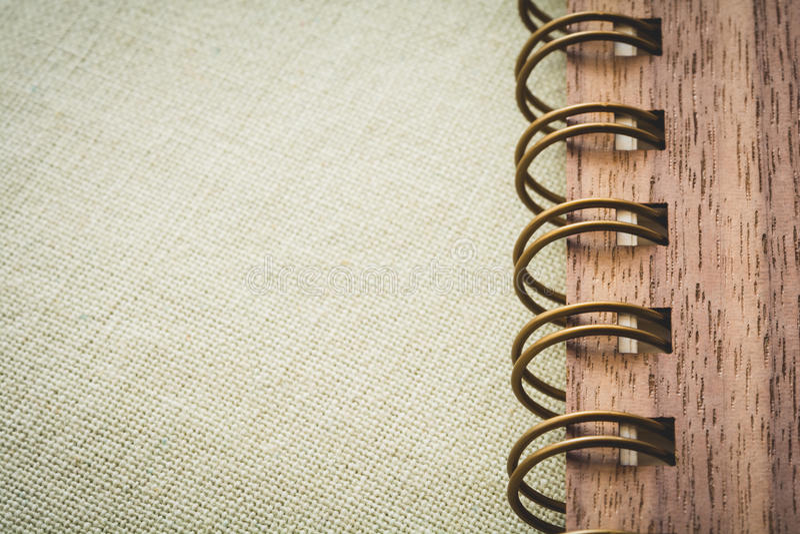 Spiraalvormig notitieboekje op de canvasachtergrond stock afbeeldingen