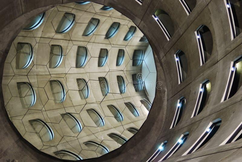 Spiraalvormig ondergronds parkeerterrein stock afbeelding