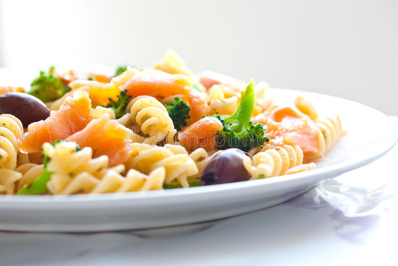 Spiraalvormige deegwaren met rookzalm en broccoli stock foto's