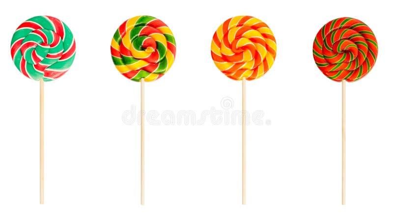Spiraalvormige die lollys op witte achtergrond worden geïsoleerd Reeks kleurrijke rode, groene en gele zoete candys stock afbeelding