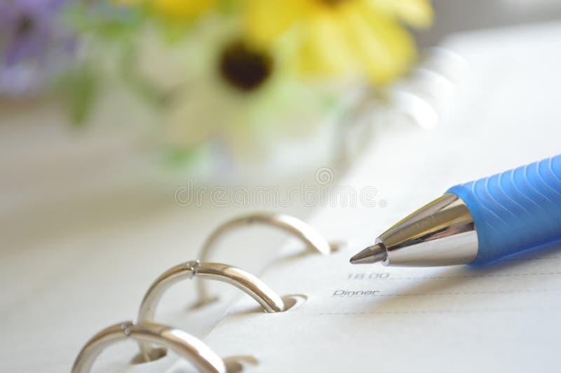 Spiraalvormige notitieboekje en pen royalty-vrije stock afbeeldingen