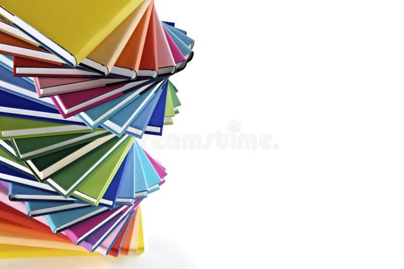 Spiraalvormige stapel multi-colored boeken stock foto