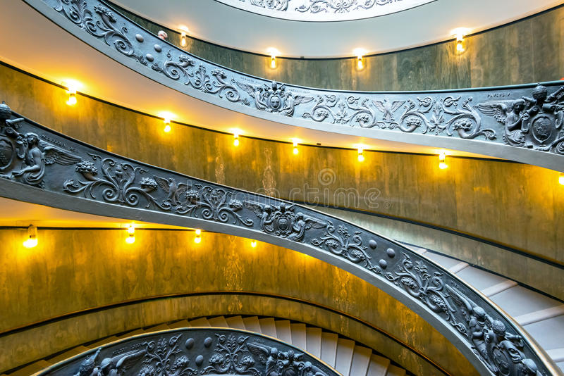Spiraalvormige treden met mooie sporen in het Museum van Vatikaan stock foto's