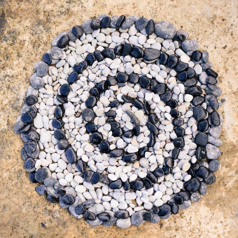 Spiral av svartvita stenar arkivfoton