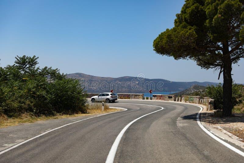 Spiral bergväg i Kroatien i sommar arkivfoton