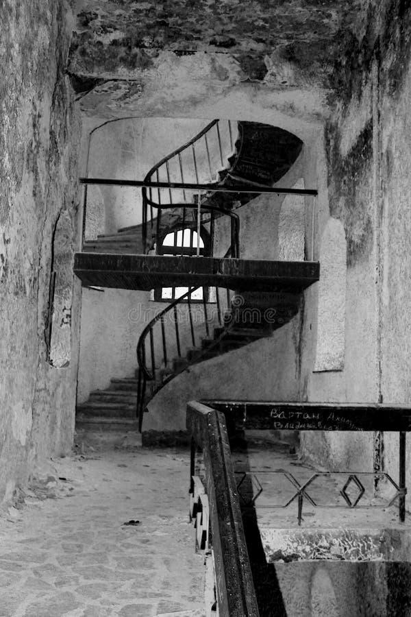Spiral trappa för gjutjärn på fasadmetall arkivfoto