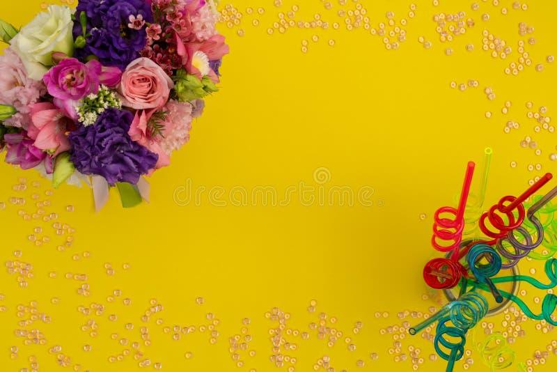 Spirala sugrör på en krus som beklär blommaordningar arkivfoton