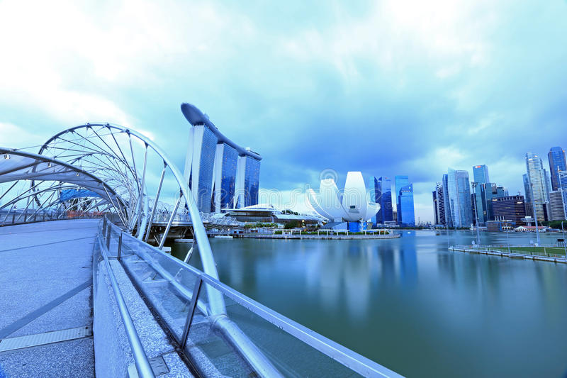 Spiralbro och Singapore Marina Bay Signature Skyline royaltyfria foton