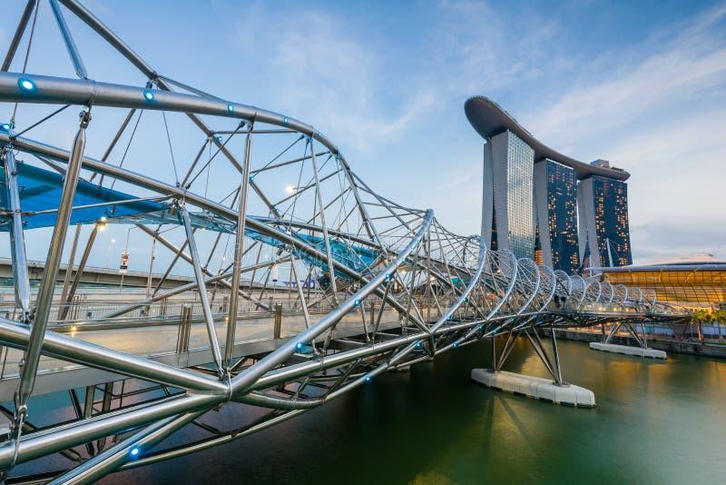 Spiralbro som leder till Marina Bay Sands Hotel arkivbilder