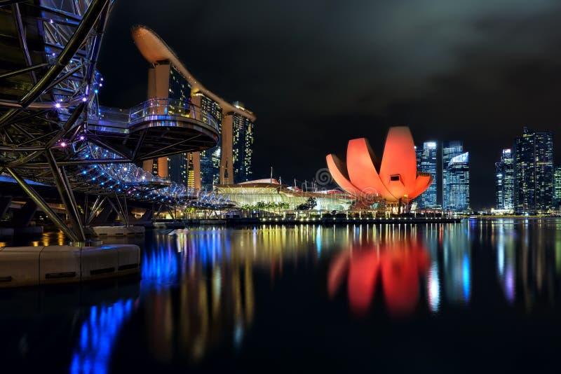 Spiralbron, det Marina Bay Sands och ArtScience museet arkivbild
