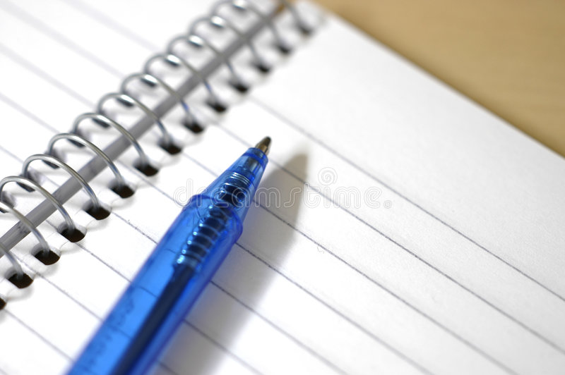Spirale bianca - rilievo e penna rilegati immagine stock