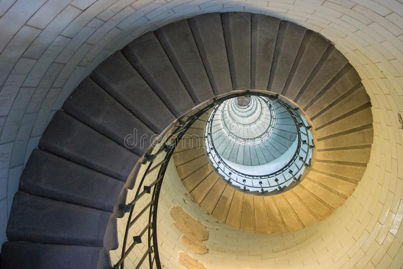 Spirale d'or dans un escalier Phare image stock