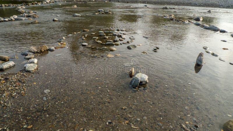 Spirale dal ciottolo alle pietre, sulla riva, spiaggia Gravedona in lago Como fotografia stock
