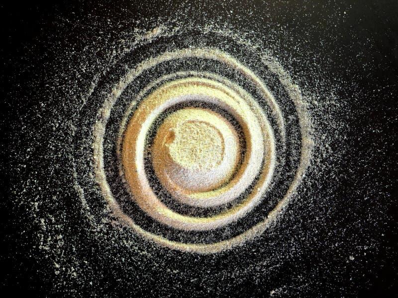 Spirale de sable sur le fond noir Le concept de la rotation, rapport d'or, galaxie photos stock