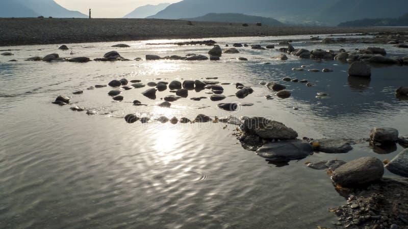 Spirale von Kiesel zu Steine, auf dem Ufer, Strand Gravedona im See Como stockbild