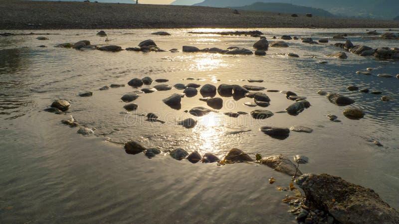 Spirale von Kiesel zu Steine, auf dem Ufer, Strand Gravedona im See Como lizenzfreie stockfotografie