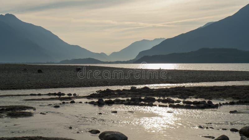 Spirale von Kiesel zu Steine, auf dem Ufer, Strand Gravedona im See Como lizenzfreies stockbild