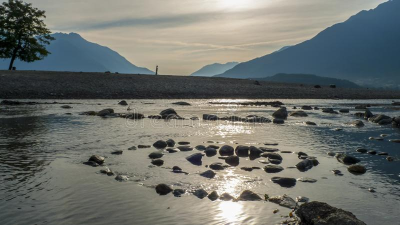 Spirale von Kiesel zu Steine, auf dem Ufer, Strand Gravedona im See Como stockbilder